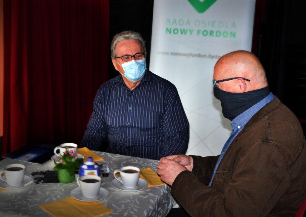 Pan Bogdan Kozłowski (autor nazwy) i Jan Kwiatoń z nagrodą.